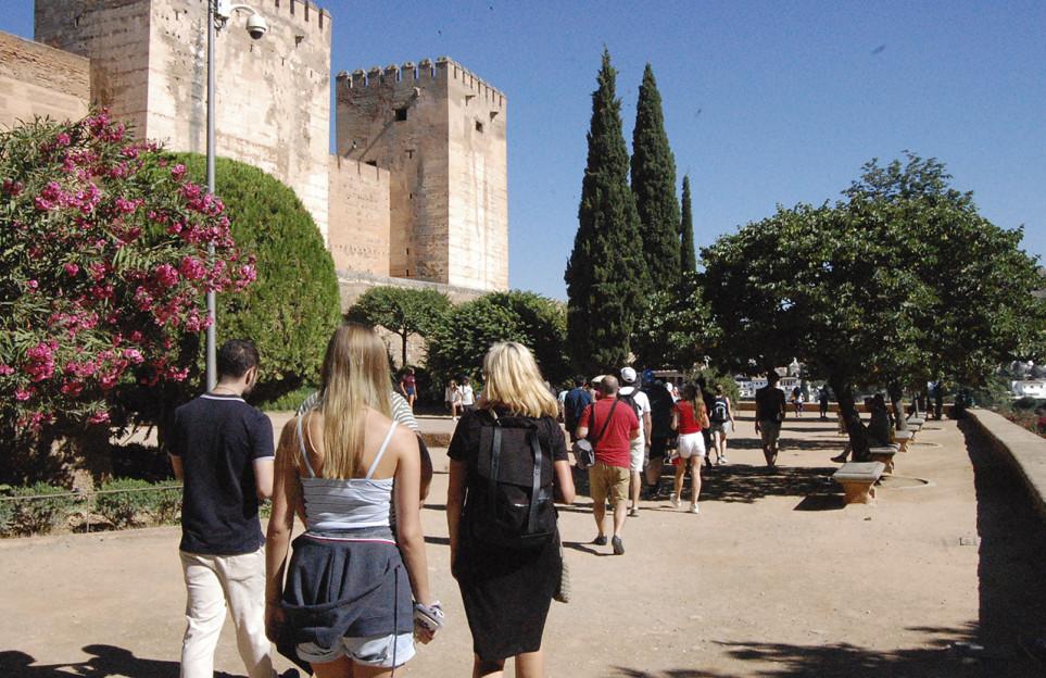 Full Day in Granada: Visit the Alhambra and the Dobla de Oro monuments in a premium small group