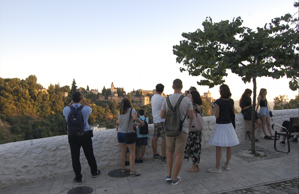 Albaicin and Sacromonte twilight walking tour. Join a premium small group