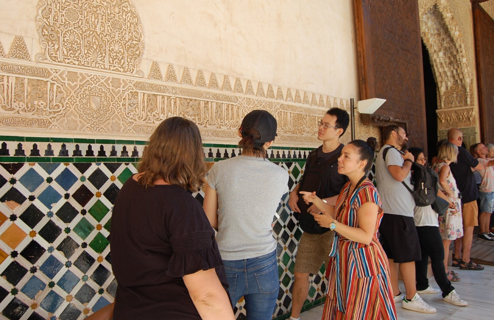 Full day combo: Alhambra tour, Albaicin and Sacromonte in a premium small group