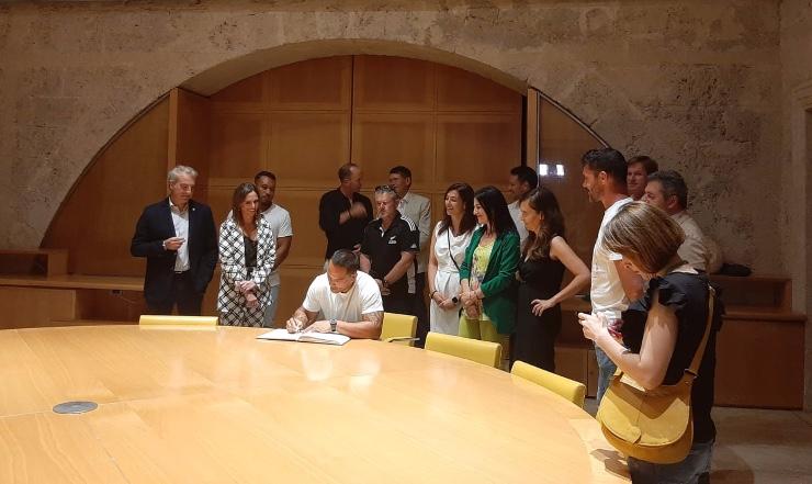 all blacks sign alhambra signatures book