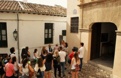 guía con un grupo en Placeta de Porras Granada