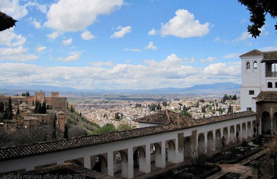 La Alhambra bajo las primeras luces de la mañana: 800 años de construcciones, vergeles, agua y poesía.