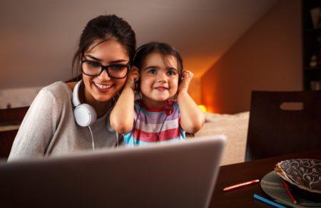 madre e hija disfrutando de la música frente al ordenador