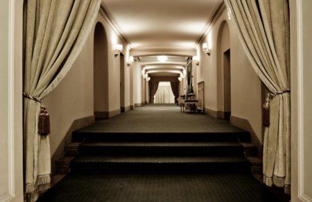Largo y lujoso pasillo que lleva a habitaciones privadas